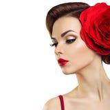 Εμπαθής κυρία με ένα κόκκινο λουλούδι στην τρίχα της στοκ εικόνα με δικαίωμα ελεύθερης χρήσης