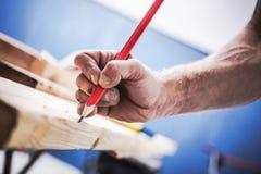 Εμπαθής ξυλουργός στην εργασία Στοκ Φωτογραφία