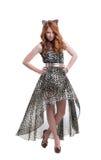 Εμπαθής τοποθέτηση κοριτσιών στο φόρεμα τυπωμένων υλών λεοπαρδάλεων Στοκ Εικόνα