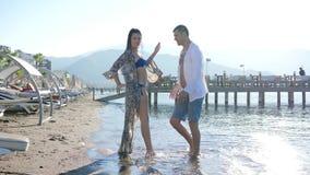 Εμπαθής χορός, νέο ζεύγος ερωτευμένο έχοντας τη διασκέδαση στην παραλία στο θέρετρο απόθεμα βίντεο