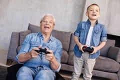 Εμπαθή γοητευτικά οικογενειακά μέλη που συναρπάζονται με ένα νέο παιχνίδι Στοκ εικόνα με δικαίωμα ελεύθερης χρήσης