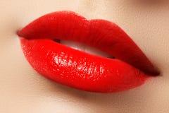 Εμπαθή κόκκινα χείλια, μακρο φωτογραφία Στοκ εικόνες με δικαίωμα ελεύθερης χρήσης