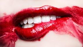 Εμπαθή κόκκινα χείλια Μουτζουρωμένο makeup επάνω στενό στοκ εικόνα