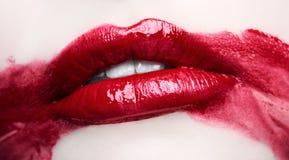 Εμπαθή κόκκινα χείλια Μουτζουρωμένο makeup επάνω στενό στοκ εικόνες