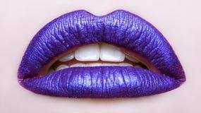 Εμπαθή χείλια Όμορφος στενός επάνω makeup στόμα που ανοίγουν στοκ φωτογραφίες με δικαίωμα ελεύθερης χρήσης