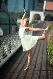 Εμπαθή όμορφα ξανθά θηλυκά άλματα χορευτών υψηλά στον αέρα, Στοκ εικόνα με δικαίωμα ελεύθερης χρήσης