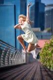 Εμπαθή όμορφα ξανθά θηλυκά άλματα χορευτών υψηλά στον αέρα, Στοκ φωτογραφία με δικαίωμα ελεύθερης χρήσης