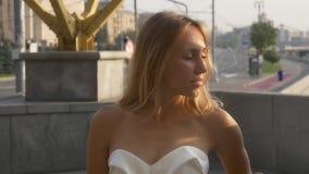 Εμπαθείς φιλί και χορός του γαμήλιου ζεύγους απόθεμα βίντεο