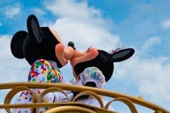 Εμπαιγμός και φίλημα της Minnie στο μαγικό βασίλειο στον κόσμο Walt Disney στοκ εικόνες