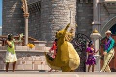 Εμπαιγμός και Minnie που χορεύουν με την πριγκήπισσα και τους χαρακτήρες βατράχων στο μαγικό βασίλειο 1 στοκ εικόνες