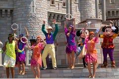 Εμπαιγμός και Minnie που χορεύουν με την πριγκήπισσα και τους χαρακτήρες βατράχων στο μαγικό βασίλειο 4 στοκ εικόνα