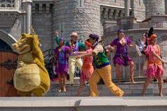 Εμπαιγμός και Minnie που χορεύουν με την πριγκήπισσα και τους χαρακτήρες βατράχων στο μαγικό βασίλειο 3 στοκ εικόνες