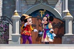Εμπαιγμός και Minnie στη βασιλική φιλία Faire του εμπαιγμού σε Cinderella Castle στο μαγικό βασίλειο 2 στοκ εικόνα με δικαίωμα ελεύθερης χρήσης