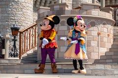 Εμπαιγμός και Minnie στη βασιλική φιλία Faire του εμπαιγμού σε Cinderella Castle στο μαγικό βασίλειο 1 στοκ φωτογραφίες