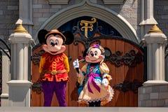 Εμπαιγμός και Minnie στη βασιλική φιλία Faire του εμπαιγμού σε Cinderella Castle στο μαγικό βασίλειο 1 στοκ φωτογραφία
