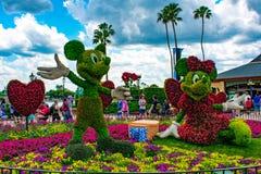 Εμπαιγμός και Minnie topiaries μια ρομαντική ημέρα πικ-νίκ στο νεφελώδες υπόβαθρο ουρανού σε Epcot στον κόσμο Walt Disney στοκ εικόνες με δικαίωμα ελεύθερης χρήσης