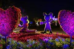 Εμπαιγμός και Minnie topiaries σε ένα ζωηρόχρωμο τοπίο σε Epcot στον κόσμο 2 Walt Disney στοκ εικόνα