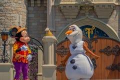 Εμπαιγμός και Olaf στη βασιλική φιλία Faire του εμπαιγμού σε Cinderella Castle στο μαγικό βασίλειο στο παγκόσμιο θέρετρο Walt Dis στοκ εικόνες