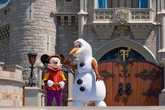 Εμπαιγμός και Olaf στη βασιλική φιλία Faire του εμπαιγμού σε Cinderella Castle στο μαγικό βασίλειο στοκ εικόνα