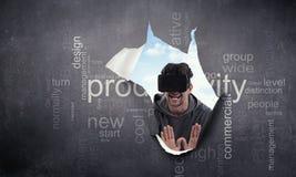 Εμπειρία εικονικής πραγματικότητας Άτομο στα γυαλιά VR στοκ φωτογραφία με δικαίωμα ελεύθερης χρήσης