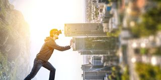 Εμπειρία εικονικής πραγματικότητας Άτομο στα γυαλιά VR στοκ φωτογραφίες με δικαίωμα ελεύθερης χρήσης