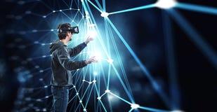 Εμπειρία εικονικής πραγματικότητας Τεχνολογίες του μέλλοντος στοκ εικόνες με δικαίωμα ελεύθερης χρήσης