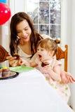 Εμπειρία μεριδίου Mom και μικρών παιδιών cupcake Στοκ εικόνα με δικαίωμα ελεύθερης χρήσης