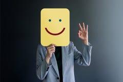Εμπειρία πελατών ή ανθρώπινη συναισθηματική έννοια Η γυναίκα κάλυψε το πρόσωπό της από το έγγραφο στοκ εικόνα με δικαίωμα ελεύθερης χρήσης