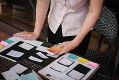 Εμπειρία χρηστών, σχεδιαστής UX που σχεδιάζει τον Ιστό στο σχεδιάγραμμα smartphone στοκ εικόνα με δικαίωμα ελεύθερης χρήσης
