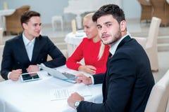 Εμπιστοσύνη στην εργασία Επιτυχής και βέβαιος επιχειρηματίας DIS Στοκ φωτογραφία με δικαίωμα ελεύθερης χρήσης
