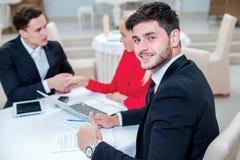 Εμπιστοσύνη στην εργασία Επιτυχής και βέβαιος επιχειρηματίας DIS Στοκ φωτογραφίες με δικαίωμα ελεύθερης χρήσης