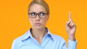 Εμπνευσμένη γυναίκα στην επίσημη ένδυση που βάζει το δάχτυλο επάνω, έχοντας την ιδέα, επιχειρησιακή στρατηγική φιλμ μικρού μήκους