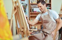 Εμπνευσμένη εικόνα ζωγραφικής καλλιτεχνών σε έναν καμβά στοκ φωτογραφία με δικαίωμα ελεύθερης χρήσης
