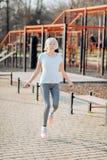 Εμπνευσμένη ηλικίας γυναίκα που πηδά το σχοινί της στοκ φωτογραφία με δικαίωμα ελεύθερης χρήσης