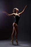 Εμπνευσμένη προκλητική λεπτή γυναίκα που χορεύει στα pointes Στοκ Φωτογραφία