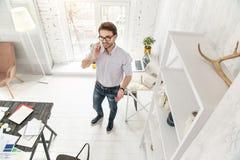 Εμπνευσμένος επιχειρηματίας που μιλά στο τηλέφωνό του Στοκ Εικόνες