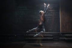 Εμπνευσμένος χορευτής μπαλέτου που πηδά στο σκοτεινό υπόβαθρο Στοκ εικόνα με δικαίωμα ελεύθερης χρήσης