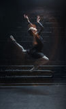 Εμπνευσμένος χορευτής που πηδά στο σκοτεινό υπόβαθρο Στοκ φωτογραφία με δικαίωμα ελεύθερης χρήσης