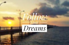 Εμπνευσμένο απόσπασμα - ακολουθήστε τα όνειρά σας στοκ εικόνα