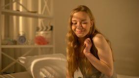 Εμπνευσμένο νέο θηλυκό που ονειρεύεται στο σπίτι, σκέψη το φίλο, εγχώριος ελεύθερος χρόνος απόθεμα βίντεο