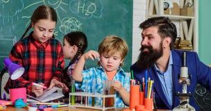 Εμπνεύστε Επιστήμη και εκπαίδευση εργαστήριο χημείας o ευτυχής δάσκαλος παιδιών παιδιά που κάνουν την επιστήμη στοκ εικόνα με δικαίωμα ελεύθερης χρήσης