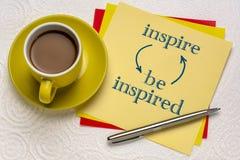 Εμπνεύστε και να είστε εμπνευσμένη έννοια στοκ εικόνες
