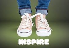 Εμπνεύστε το κείμενο και τα μπεζ παπούτσια στα πόδια με το πράσινο υπόβαθρο διανυσματική απεικόνιση
