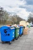 Εμπορευματοκιβώτια απορριμμάτων στην οδό στη Γερμανία Στοκ Φωτογραφίες