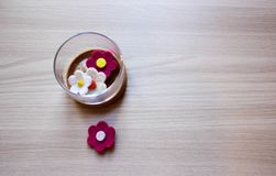 Εμπορευματοκιβώτια γυαλιού με αισθητά τα κήπος λουλούδια πέρα από το ξύλινο υπόβαθρο στοκ φωτογραφία με δικαίωμα ελεύθερης χρήσης