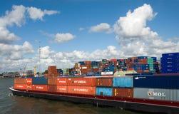 Εμπορευματοκιβώτια εισαγωγής-εξαγωγής στο φορτηγό πλοίο Κάτω Χώρες Ρότερνταμ Στοκ Φωτογραφίες