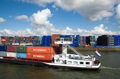 Εμπορευματοκιβώτια εισαγωγής-εξαγωγής στο φορτηγό πλοίο Κάτω Χώρες Ρότερνταμ Στοκ φωτογραφίες με δικαίωμα ελεύθερης χρήσης