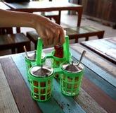 Εμπορευματοκιβώτια εκμετάλλευσης χεριών των condinents στοκ φωτογραφία με δικαίωμα ελεύθερης χρήσης