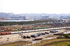 Εμπορευματοκιβώτια ενάντια στο λιμάνι του Ντάρμπαν και τον ορίζοντα πόλεων Στοκ Εικόνες