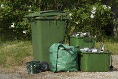εμπορευματοκιβώτια που ανακυκλώνουν την άκρη του δρόμου Στοκ εικόνες με δικαίωμα ελεύθερης χρήσης
